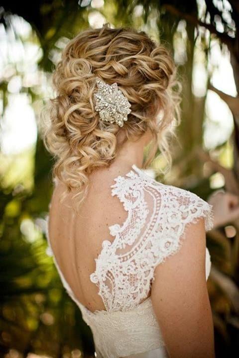 Peinados de novia semirecogidos pelo rizado